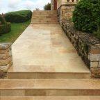 Allée réalisée en Pierre de Turquie opus nuancé et marches d'escalier avec margelles nuancées.