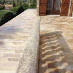 Allée réalisée en Pierre de Turquie 'terra' opus nuancé et marches d'escalier avec margelles nuancées.
